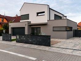 Dům tvoří barevně odlišené hmoty, které se vzájemně prostupují.