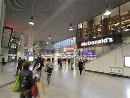 Ze stanice jde přestoupit na metro i tramvaje.