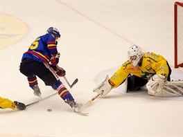 �eskobud�jovick� hokejista Tom� Nouza (v modr�m) ne�sp�n� �to�� na �umperskou...