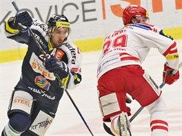 Vitkovický hokejista Ondřej Roman (vlevo) se vyhýbá třineckému Tomáši Plíhalovi.