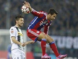Juan Bernat (vpravo) z Bayernu Mnichov se během souboje o míč s Julianem Korbem...