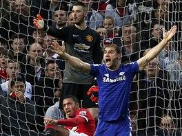 Branislav Ivanovič z Chelsea (v modrém) se dožaduje pokutového kopu proti...