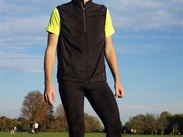 Tričko, dlouhé kalhoty a vesta – vše, co běžec potřebuje na podzimní výběhy.