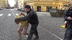 Policisté odvád�jí mu�e, který kradl v domech v Londýnské a Jugoslávské ulici v...
