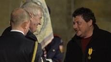 Re�isér a scenárista Robert Sedlá�ek (vpravo) obdr�el od prezidenta Milo�e...