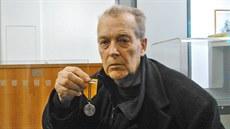 Filmový re�isér Jan N�mec p�inesl ve st�edu odpoledne na Pra�ský hrad Medaili...
