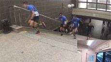 Parta nad�enc� práv� vybíhá ze stanice metra H�rka a pokou�í se stihnout tuté�...