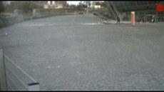 St�ela utrhla kus stadionu v Don�cku. Padající trosky jen t�sn� minuly dívku....