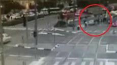 Kamera zachytila útok autem na izraelské zastávce.