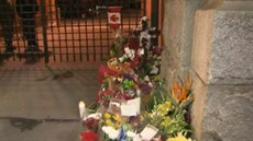 Kv�tiny a sví�ky uctívající památku zast�eleného vojáka po útoku na kanadský...
