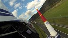 Pilot Martin �onka ve videu ukazuje, jak vypadá závod Red Bull Air Race jeho...