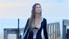 Gisele B�ndchenov� hraje v reklam� sv�dnou surfa�ku.