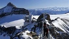 První náv�t�vníci se procházejí po nov� otev�eném visutém most� v ledovcovém...