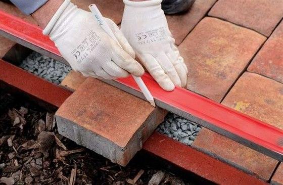 Řezání dlažebních bloků pro vodorovné zajištění plochy se provádí vždy mimo...