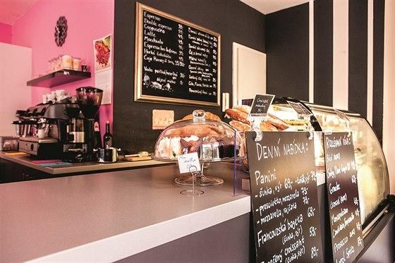 Kavárna Cheecup na Nedvědově náměstí se specializuje na výrobu domácích zákusků...