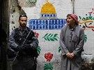 Izraelsk� policista nedaleko m�sta, kde jeho kolegov� zast�elili Palestince...