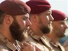 Příslušníci 2. strážní roty přebírají ocenění od velitele úkolového uskupení...