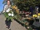 Věnce, věnečky, kytky, svíčky... Před hřbitovy lze nakoupit vše potřebné pro...