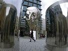 U Quadria stojí obří pobyblivá busta Franze Kafky od sochaře Davida Černého. Na...