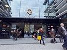 Na otevření obchodního centra Quadrio u stanice metra Národní třída nedočkavě čekaly stovky lidí. Přilákaly je hlavně zaváděcí slevy. (31. října 2014).