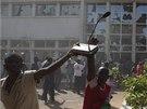 Do ulic burkinafaské metropole vyšly desítky tisíc demonstrantů. Vtrhli také do