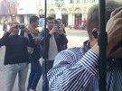 Alena Šeredová je v Itálii populární. Na náměstí se brzy shromáždili lidé,...
