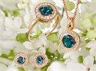 Sadu šperků Halada z růžového zlata zdobí temně modrý topaz. Při uvedení jej klenotnictví nabízelo za 39 900 korun.
