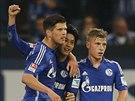 Fotbalisté Schalke slaví gól.