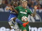 Marvin Friedrich (vlevo) ze Schalke a Alexander Esswein z Augsburgu bojují o...