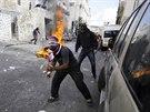 Palestin�t� mlad�ci h�zej� z�paln� lahve na izraelsk� policisty. V Jeruzal�m�...