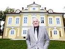 Exprezident Václav Klaus před Institutem Václava Klause (27. října 2014)