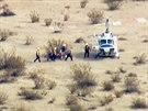 Z�chran��i odn�ej� na nos�tk�ch pilota zran�n�ho p�i hav�rii vesm�rn� lodi SpaceShip Two. (31. 10. 2014)