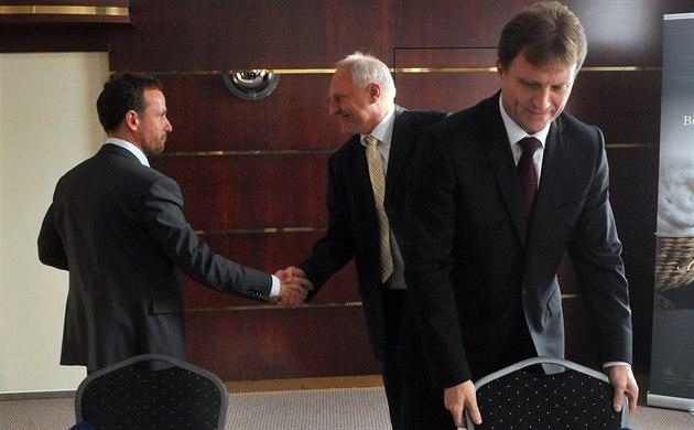 DOJEDNÁNO. Vzadu si podávají ruce lídr ANO Tomá� Macura (vlevo) s lídrem...