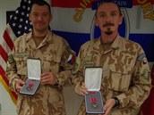 Velitel druhé strá�ní roty v afghánském Bagrámu Ji�í Pazd�ra (vpravo) a...