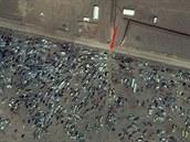 Stovky aut na syrské straně hranice nedaleko Kobani. Přechod  do Turecka...