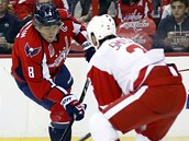 NEDA�Í SE. Alexandr Ove�kin z Washingtonu v utkání proti Detroitu.