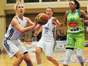 Karlovarská basketbalistka Maria Blazejewski (s mí�em) se chystá ke st�ele na...