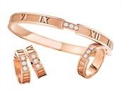 Růžové zlato je stále populárnější. Tuto sadu šperků Atlas tvoří náramek, náušnice a prsten z 18ti karátového růžového zlata s bílými diamanty.