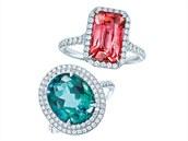 Popularita barevných drahokamů stále stoupá. Platinové prsteny zdobní bílé diamanty zasazené kolem červeného spinelu a zeleného turmalínu.