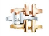 I v kovech panují trendy. Bílému zlatu ustupuje zlato žluté a růžové. Ve slavných klenotnictví najdete také designové šperky ve stříbře.