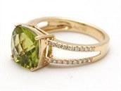 Barevné drahokamy se těší velkému zájmu. Prsten z 18ti karátového žlutého zlata zdobí bílé diamanty a výrazný olivín. Jeho cena činí 59 070 korun.