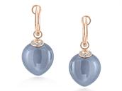 Na trhu najdete spoustu barevných drahokamů, např. měsíční kámen. Tyto naušnice Alo Blue Heaven z růžového zlata navíc zdobí 14 diamantů. Jejich cena činí 58 150 korun.