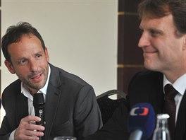 Úsměvy lídrů Tomáše Macury z ANO (vlevo) a Lumíra Palyzy z ČSSD.