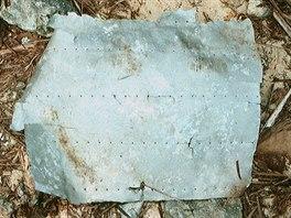 Hliníkový plát, pocházející pravděpodobně z okna zmizelého letadla Amelie...
