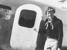 Amelia Earhartová před letadlem. Druhé zvětšené okno bylo ve dveřích.