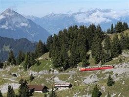 Během padesáti minut překoná ozubená železnice Schynige Platte Bahn výškový...