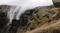 Vodopády v britském Derbyshire za�aly díky silnému v�tru �padat nahoru�.