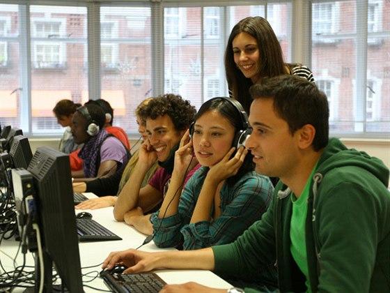 V jazykové škole se nachází 12 prostorných učeben, knihovna se studovnou, kavárna, ovocný bar a samozřejmostí je bezdrátové internetové připojení.