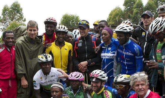 Peter Sagan (v pl�t�nce), Alberto Contador (uprost�ed) a Roman Kreuziger (s k�iltovkou vpravo) se chystaj� na v�stup na nejvy��� africkou horu Kilimand��ro.