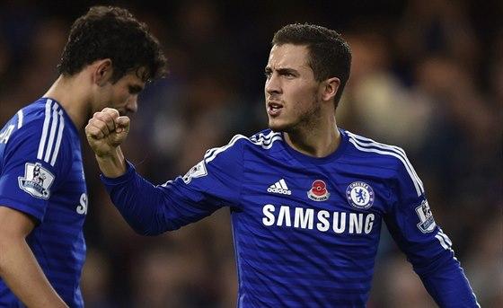 PROMĚNĚNÁ PENALTA. Eden Hazard z Chelsea (vpravo) oslavuje svůj gól v zápase...